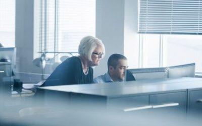 Mujeres sufren discriminación por edad antes y más a menudo que hombres